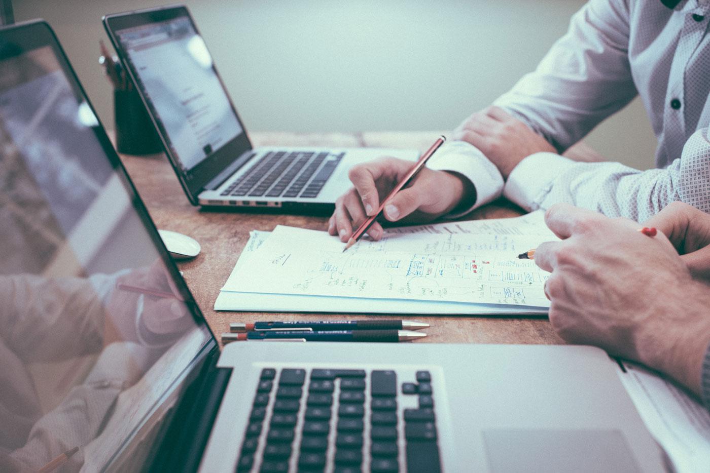 Zwei Personen bei der Beratung Schwarte Consulting website